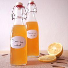 Domácí zázvorový sirup s medemKoncentrovaný lék na všechny podzimní neduhy! V návaznosti na předešlý post nabízíme jedinečný recept, kde máte hned tři účinné látky proti nachlazení pěkně pohromadě: zázvor, citron a med.  Chuť zázvorového sirupu vás... Healthy Drinks, Healthy Cooking, Healthy Recipes, Smoothie Drinks, Smoothies, Chinese Five Spice Powder, Homemade Syrup, Desert Recipes, Food Gifts