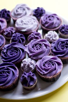 purple ombre rose cupcakes {variation of colors and mini mixed in with regular size is cute, would do pinks instead of purples} Cupcakes Flores, Purple Cupcakes, Oreo Cupcakes, Cute Cupcakes, Cupcake Cookies, Lavender Cupcakes, Flower Cupcakes, Chocolate Cupcakes, Cake Toppers