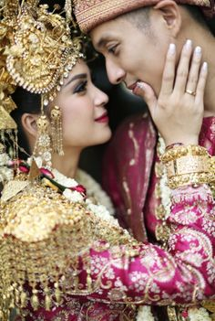 Palembangnese traditional wedding attire | 71 Best Traditional Indonesian Wedding Moments | http://www.bridestory.com/blog/71-best-traditional-indonesian-wedding-moments