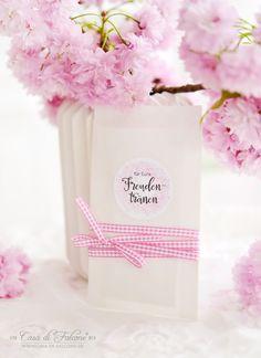 Freudentränen Taschentücher, verpackt in weissen Papiertüten und mit romantischem Aufkleber verziert