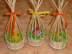 Easter Egg Crafts, Easter Eggs, Weaving Designs, Ideias Diy, Newspaper Crafts, Paper Basket, Weaving Art, Holidays And Events, Basket Weaving