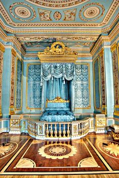 Petersburg Gatchina Palace was built for Grigory Orlov, a favorite of Catherine the Great. Versailles, Royal Bedroom, Gold Bedroom, Bedroom Turquoise, St Petersburg Russia, Bedroom Pictures, Le Palais, Luxor, Beautiful Buildings