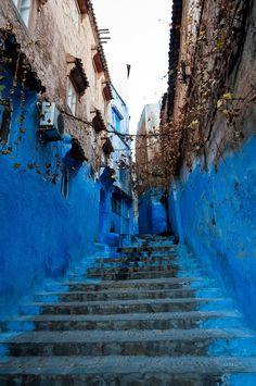 IlPost - Chefchaouen, Marocco - Si trova nel nord-est del Marocco, nella regione montagnosa del Rif. Venne fondata nel 1471 dai musulmani per difendersi dalle incursioni portoghesi, e a partire dal Cinquecento divenne un rifugio per i musulmani e gli ebrei sefarditi cacciati dalla Spagna. Furono gli ebrei a dipingerne le strade e le case del tipico colore blu. (Mark Fischer) Chefchaouen, Stairs To Heaven, Blue City, Space Architecture, Spain And Portugal, Moorish, Pathways, Wonderful Places, Around The Worlds