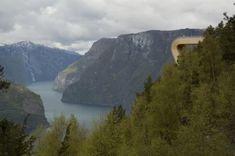 Mirador de Stegastein en Aurland (Noruega) | por Todd Saunders Este mirador es un claro ejemplo de lo mucho que Noruega cuida su riqueza natural. Es un motivo más por el que sus fiordos estén considerados como el mejor destino turístico sostenible del mundo. El proyecto lleva el nombre de Mirador de Stegastein y está en Aurland uno de los fiordos más grandes de la costa oeste noruega. Con el tiempo  este hermoso lugar se ha convertido en un destino turístico para personas procedentes de todo…