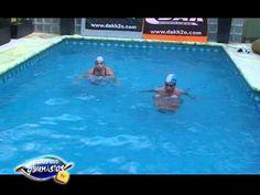 Ejercicios aerobicos con mancuernas de flotaci n en for Ejercicios espalda piscina