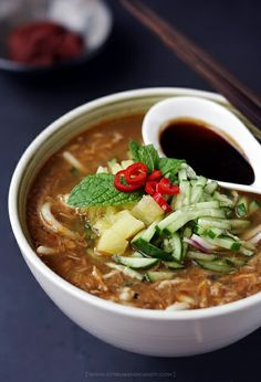 Malaysia Asam Laksa: A Spicy Mackerel Broth with Noodles, Pineapples, Cucumber and Mint Malaysian Cuisine, Malaysian Food, Malaysian Recipes, Soup Recipes, Cooking Recipes, Noodle Recipes, Dinner Recipes, Laksa Recipe, Malay Food