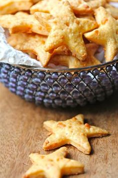 Baked Cheddar Crackers - baked cheddar star crackers…nice savory snack for your holiday guest! Appetizer Recipes, Snack Recipes, Baking Snacks, Appetizer Dessert, Kids Baking, Healthy Baking, Good Food, Yummy Food, Yummy Snacks