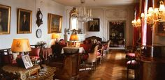 """Mannerheimin kotimuseo - """"Puuhuvila Kaivopuistossa. Marski vuokralaisena 1924-1951. Sisustanut omaan makuunsa vanhaan tyyliin, sisustus säilynyt muutamaa näyttelytilaksi muutettua huonetta lukuun ottamatta."""""""