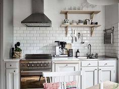 Koti Ruotsissa - A Home in Sweden  Tämän kauniin myytävänä olevan kodin ikkunoista aukeaa upeat merimaisemat.  Lähde/Source: Wrede         ...