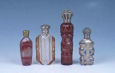Versalles. El perfume se difundió tanto en la sociedad francesa gracias a sus escasos hábitos higiénicos. Tenía como objetivo disimular esos olores tan desagradables. Además se utilizó también el polvo de arroz, surgido a finales del siglo XVI, que servía para tapar las impurezas del rostro, incluidas las heridas surgidas por la falta de higiene. Esponjas perfumadas eran colocadas en las axilas y en las partes íntimas y pastas de hierbas eran colocadas sobre la piel para disimular los…