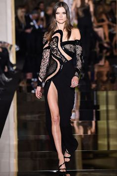 A look at the Atelier Versace spring 2015 couture collection. Foto Fashion, Fashion Week, High Fashion, Fashion Show, Fashion Design, Fashion Trends, Fashion 2017, Style Haute Couture, Couture Fashion