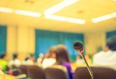 Microfone com fundo pessoas fora de foco Foto gratuita