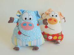 Porquinho Naninha é um boneco travesseirinho em tecido 100% algodão, com aplicações em feltro, bordado à mão.  Contém bolso frontal para guardar chupeta.  Opções: várias opções em tecidos e cores.  Valor referente à unidade.