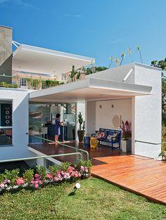 Jardim na laje e aproveitamento inteligente do terreno em declive - Casa Garden Pavers, House On A Hill, Facade House, My Dream Home, Rooftop, Sweet Home, Exterior, House Design, Outdoor Decor