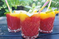 Kold sommerdrik med jordbær og mango Refreshing Drinks, Cold Drinks, Smoothie Drinks, Smoothies, Cocktail Drinks, Tapas, Food Photography, Food And Drink, Food Porn