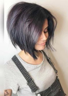 Browse this link to see absolutely amazing and fresh styles of short haircuts and hairstyles to wear nowadays Stunning short haircut styles are no doubt best trends for girls to wear in 2019 for bold and modern look - Hair Cutting Style Choppy Bob Hairstyles, Short Hairstyles For Thick Hair, Short Haircut Styles, Short Bob Haircuts, Short Hair Cuts, Curly Hair Styles, Short Pixie, Pixie Cut, Hairstyle Short