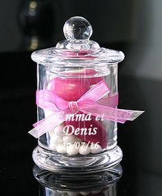 Mini bonbonnière contenant en verre droite avec couvercle. Ces mini bonbonnières en verre sont des contenants à dragées ! Original pour offrir des gourmandises à vos invités : http://www.mariage.fr/shop/la-mini-bonbonniere-en-verre-luxe-droite-mariage-nos-contenants-pour-dragees-ou-bonbons.htm