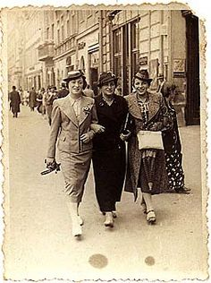 Krakow, 1935. Chaja Tendler from Skala (on the right) with her friends.