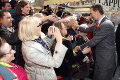Don Felipe saluda a varios vecinos de Tarragona a su llegada a la Tarraco Arena Plaza. 16.03.2015