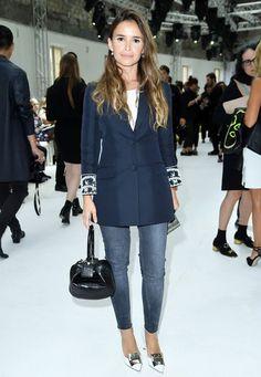 Fashion Week Paris : Starbloggerin Miroslawa Duma erscheint zwar mit Jeans, aber stilvoller Kombi bei Giambattista Valli.