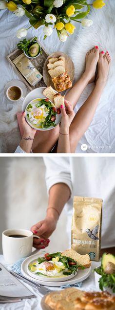 jajko po turecku (1porcja) jajko; ½ szkl jogurtu grec.; 2 łyżki szczypiorku; ¼ awokado; garść rukoli; pomidorki koktajlowe; Sól, pieprz; 2 łyżki oliwy. Na patelne wlać ok 2 cm wody. Zagotować, Zmniejszyć ogień, wbić jajko. Czekac ok 2 min, aż białko sie zetnie, potem polewamy jajko wodą od góry. Odsączyc na reczniku.Pokroic awokado i pomidorki. Na talerz dac jogurt, na niego jajko, całość oprószamy solą, pieprzem oraz posiekanym szczypiorkiem. Obok salatka