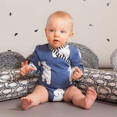 TALVINALLE vauvan kietaisubody, sininen| NOSH Lasten talvimallistossa seikkailevat lempeän pehmeät jääkarhut, graafiset raidat ja ilmeikkäät leikkaukset. Tutustu mallistoon ja tilaa verkosta, NOSH vaatekutsuilta tai edustajalta www.nosh.fi / (This collection is available only in Finland )