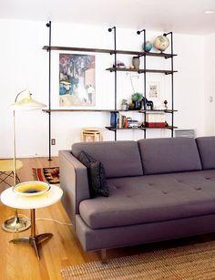 Original estantería tras el sofá.