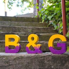 Customize your cardboard letters with some color and glitter to have a beautiful letters for your wedding. (in Spanish)