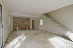 Maison en pierre intérieur avec carrelage au sol
