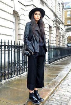 All black outfit / Street style fashion / fashion week week London Fashion Weeks, Girls Work, Culotte Style, Mode Grunge, London Design Festival, All Black Outfit, Black Culottes Outfit, Street Style Blog, Minimalist Fashion