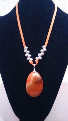 colgante de piedra naranja y plata