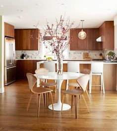 Mid-century modern kitchen designed by Michelle Dirkse Interior Design. Photo by Alex Hayden (via Rue Magazine).