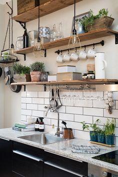 Cuisine contemporaine et rustique à la fois - étagères en bois avec idées de rangements, crédence en carrelage style métro londonien et plantes décoratives - Blanc Beige Bois Noir Vert