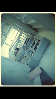 Mes anciens meubles peint en gris, poutre et escalier repeint en crème