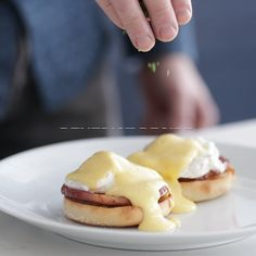 Eggs Benedict Recipe Eggs Benedict Recipe - This delicious classic eggs Benedict features perfectly poached eggs overtop some roasted canadian bacon and a toasted english muffin and covered in a homemade hollandaise sauce. Hollandaise Sauce Recipe Video, Recipe For Hollandaise Sauce, Mexican Breakfast Recipes, Breakfast Dishes, Best Breakfast, Breakfast Pizza, Breakfast Ideas, Egg Recipes, Brunch Recipes
