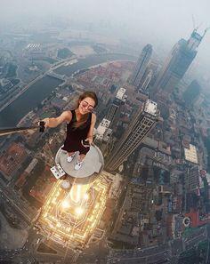 ¡No intentes imitarla! La mujer que se toma las 'selfies' más arriesgadas