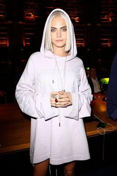 Celebrity Bobs & Lobs haben wir im Jahr 2017 geliebt, Bob Frisuren, Cara Delevingne Bob schneidet 2017 Cara Delevingne Haar, Cara Delevigne, Look Fashion, Fashion Show, Daily Fashion, Paris Fashion, Mannequins, Belle Photo, Girl Crushes