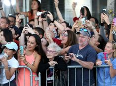 Yesterday, a photo emerged of the Boston premiere of Johnny Depp's new film, Black Mass, that captured a rare red carpet moment: Among the cheering fans was a woman simply enjoying the moment without a cell phone in her hand. Johnny Depp, Massachusetts, Mtv, Background Cool, Film Black, Persona Feliz, Black Mass, Le Web, Faith In Humanity