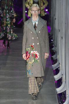 Guarda la sfilata di moda Gucci a Milano e scopri la collezione di abiti e accessori per la stagione Collezioni Autunno Inverno 2017-18.