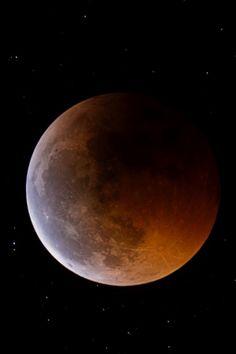 Uma antiga tradição chinesa diz que durante os eclipses lunares tambores devem ser tocados e canhões disparados para impedir o dragão que devora a lua. O mito chinês é deveras interessante, mas supondo que não existam dragões no espaço o que acarretaria no tom vermelho rubro da lua durante um eclipse lunar? Resposta em https://www.facebook.com/aossaboresdafisica ou http://aosaboresdafisica.blogspot.com.br