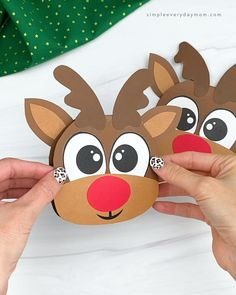 Learn how easy it is to make this cute reindeer Christmas card! It's a fun kids activity that comes with a free printable template. Download today and make with the kiddos at home or in the classroom. It's great for preschool, kindergarten, and elementary children!