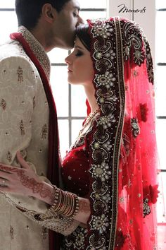 Indian wedding ~ red bride <3 Bodas en rojo http://www.elblogdeboda.com/