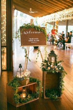 Welcome arrangement Weinkisten Laternen