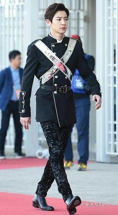 Chanyeol looks like a prince in this pic. Sehun Oh, Chanyeol Baekhyun, Exo Ot9, Kpop Exo, Kris Wu, K Pop, Kdrama, Kim Minseok, Xiuchen