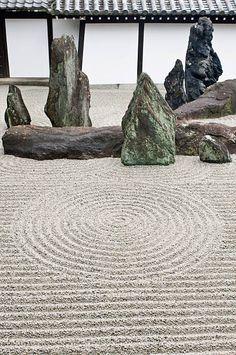 Tofuku-ji is a Buddhist temple in Higashiyama-ku in Kyoto, Japan. Rock Garden, Tofukuji Temple, K Japanese Rock Garden, Zen Rock Garden, Rock Garden Design, Japanese Garden Design, Fairy Doors On Trees, Fairy Garden Doors, Casa Azuma, Temple Gardens, Vintage Garden Decor