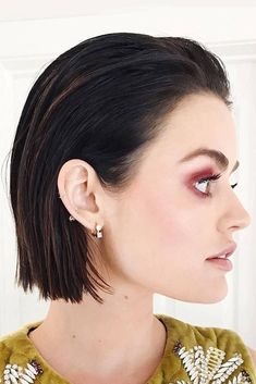 How To Style Short Hair - Wet Look – The wet look will always be a huge one on red carpets and celebrity outings alike. The unconventional trend works particularly well for short-haired girls because, when slicked back, your hair doesn't look too wet. Prom Hairstyles For Short Hair, Slick Hairstyles, Trending Hairstyles, Easy Hairstyles, Straight Hairstyles, Short Haircuts, Hairstyles Videos, Formal Hairstyles, Professional Hairstyles