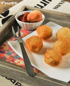 Crujiente de mozzarella con salsa de tomate - Crunchy fried mozzarella croquettes with tomato sauce #SpanishFood