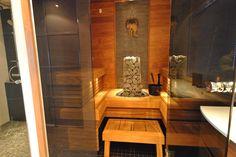 1,6m2 sauna rakennettu kylpyhuoneen perälle lasiseinän avulla. Materiaalina lauteissa Radiata lämpökäsitelty, Kiuas Harvian Kivi