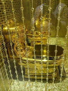 Saudi King Presents Daughter Pure Gold Toilet As a Wedding Gift Bathroom Design Luxury, Dream Bathrooms, Chic Bathrooms, Metal Wall Decor, Bath Decor, Bathroom Renovations, Potpourri, Jewelry Collection, Cool Stuff