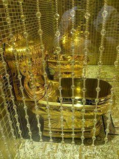 Saudi King Presents Daughter Pure Gold Toilet As a Wedding Gift Bathroom Design Luxury, Metal Wall Decor, All That Glitters, Bath Decor, Queen, Bathroom Renovations, Metal Walls, Potpourri, Inventions